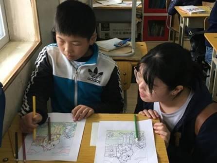 塗り絵を楽しむ子供たちの様(2)