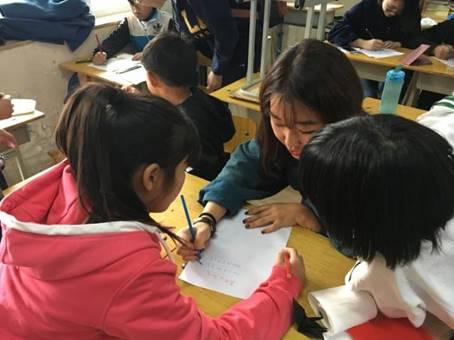 ボランティアが子供たちに日本語と韓国語を教え、子供たちがお姉さんに中国語を教えました!